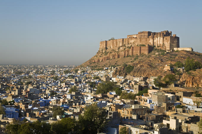 An-impressive-image-from-the-Fort-of-Jodhpur-over-the-city-in-Jodhpur Hita et le petit singe